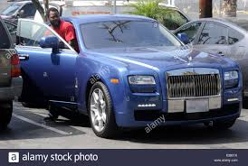 roll royce grey rolls royce 50 cent left the gym in venice wearing his headphones