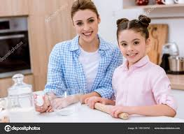 mere et fille cuisine mère fille cuisine ensemble cuisine regardant éra photographie