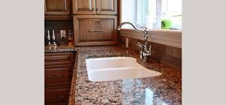granite cuisine cuisine classique en bois teint et comptoirs de granite