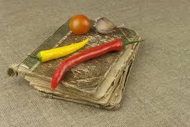 cuisine familiale recette piments avec un vieux livre de recette légumes prêts pour la cuisine