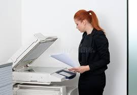 femme de bureau femme d affaires travaillant à l imprimante de bureau photo stock