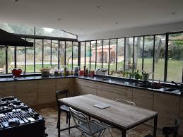 cuisine maison ancienne une verrière à l ancienne pour une cuisine dans un jardin