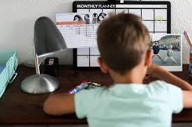 Schreibtisch F Jungs New2school Mit Hema Den Ersten Schreibtisch Stylisch Einrichten