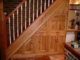 schrank unter treppe 65 ideen für stauraum unter der treppe bücherregal unter der