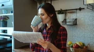 le journal de la femme cuisine femme buvant café et lire le journal du matin en se