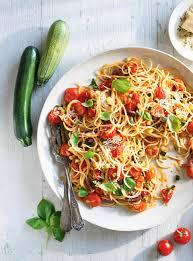 cuisiner tomates spaghettis aux tomates cerises et aux courgettes ricardo