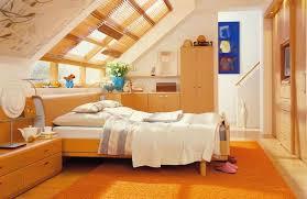 wohnideen schlafzimmer abgeschrgtes dachschrgen lila wohnzimmer renovieren und einrichten ideen