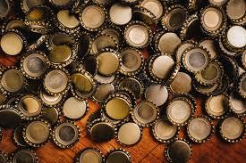 le de bureau à pile grande pile des chapeaux de bouteille à bière sur le bureau en bois