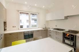 tableau blanc cuisine intérieur de la cuisine moderne avec armoires en bois et tableau