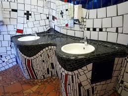 hundertwasser badezimmer innenarchitektur ehrfürchtiges badezimmer wien disneip bad