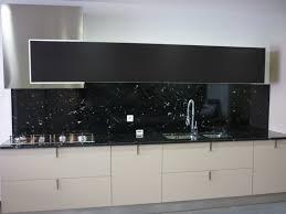 cuisine marbre noir plan de cuisine en granit noir via lactéa valgra sud