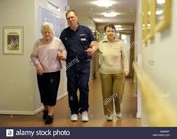 Das Haus Im Haus Siegfried Bednors Geht Auf Einen Flur Mit Zwei Alten Frauen Im