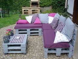 canapé avec palette canapé et table basse palette couleur gris en déco extérieur