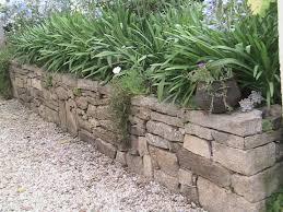 bloc de pierre pour mur réaliser un mur en pierre sèche lorraine magazine