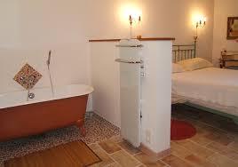 baignoire dans chambre la baignoire chambre la pastorale le pavillon de beauregard