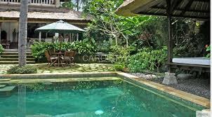 carrelage grand format pour piscine piscine en pierre zeera green pour une eau vert émeraude près de
