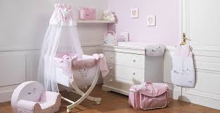 chambre nougatine chambre de bébé fille blanc et pale broderie couronne de