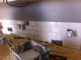 pose carrelage mural cuisine pose du carrelage m tro dans la cuisine un toit pour vie poser mural