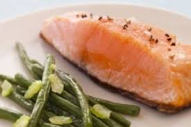 cuisiner le saumon recette de pavé de saumon à l unilatérale étuvée de haricots verts