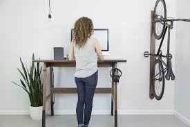 bureau pour travailler debout bureau en bois moderne qui encourage le travail debout