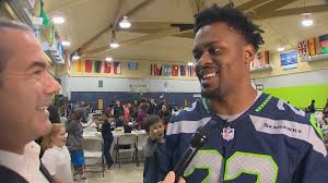 king5 seahawks rb cj prosise hosts early thanksgiving dinner