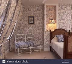 Schlafzimmer Mit Holz Tapete Blaues Toile De Jouy Tapeten Und Passende Vorhänge Im Schlafzimmer