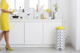 poubelle cuisine blanche cuisine blanche et pointe de jaune poubelle orla kiely brabantia