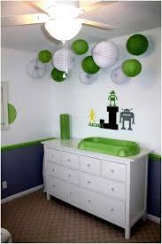 babyzimmer grün babyzimmer dekorieren weiß grün papierlaternen über wickeltisch