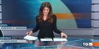 sous les jupes au bureau le bureau transparent joue des tours à cette présentatrice télé