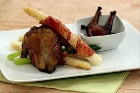 cuisiner pigeon recette de pigeon rôti à l ail fricassée d asperges facile et