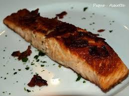cuisine pavé de saumon paves de saumon poêle aux brisures de lard pique assiette