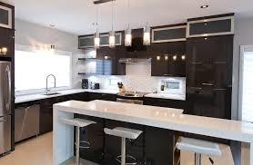 comptoir de cuisine quartz blanc cuisine chic avec portes de stratifié au fini lustré et comptoirs