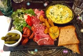 restaurant au bureau suresnes camembert rôti charcuterie pomme grenailles et salade un délice