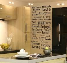 deco cuisine murale déco cuisine ouverte bar déco murale inscriptions idées de déco
