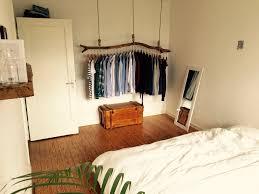 Einrichtungsideen Perfekte Schlafzimmer Design Schlafzimmer Mit Origineller Kleiderstange Aus Holz