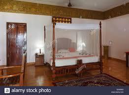 hotel avec dans la chambre dans le sud chambre d hôtel avec une moustiquaire au dessus du lit bethsaida