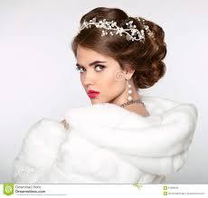 femme mariage femme élégante dans le manteau de fourrure blanc la coiffure