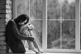 le si e de giovane donna che si siede da vicino alla finestra con le