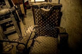 chambre des tortures vieille chambre de médiévale avec la chaise et les outils