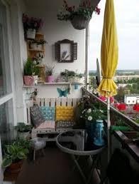 h ngematte auf balkon kleiner balkon paletten sofa sichtschutz bambusmatten jpg 640 937