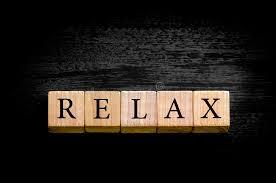 si e relax fassen sie relax lokalisiert auf schwarzem hintergrund mit