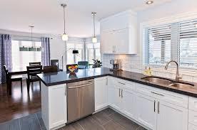 comptoir de cuisine blanc cuisine fonctionnelle en bois laqué blanc avec comptoir de granit