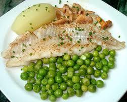 cuisiner filet de merlan filet de merlan girolles et petits pois