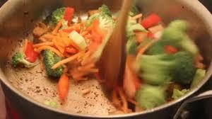 cuisiner tofu poele tofu sauté avec des légumes dans poêle cuisson vidéo juliedeshaies