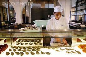 restaurant cuisine ouverte homme travaillant dans une cuisine ouverte sur la salle de