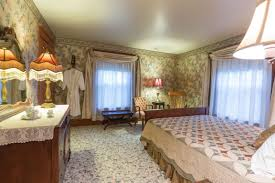 Victorian Bedroom Wall Covering Sold Fowlkes Realty U0026 Auction