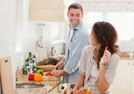 femme qui cuisine femme regardant mari qui cuisine à la maison banque d