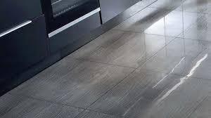 carrelage pour sol de cuisine revêtement cuisine sol murs crédence carrelage béton ciré
