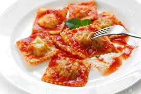 cuisine italienne pâtes ravioli à la sauce tomate cuisine italienne banque d images