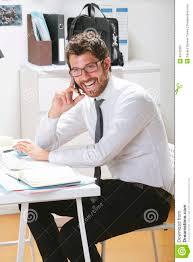 bureau homme d affaire homme d affaires parlant sur le smartphone dans le bureau